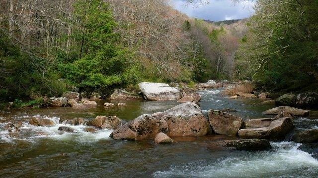 Пороги на небольшой горной речке
