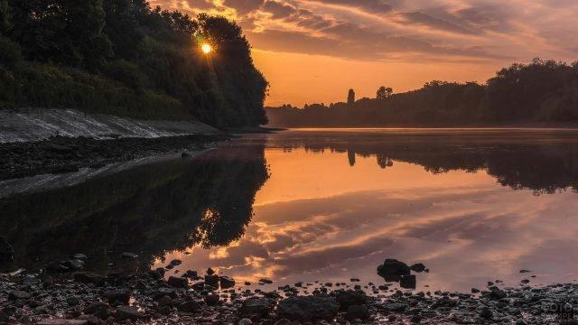 Река и лес на закате