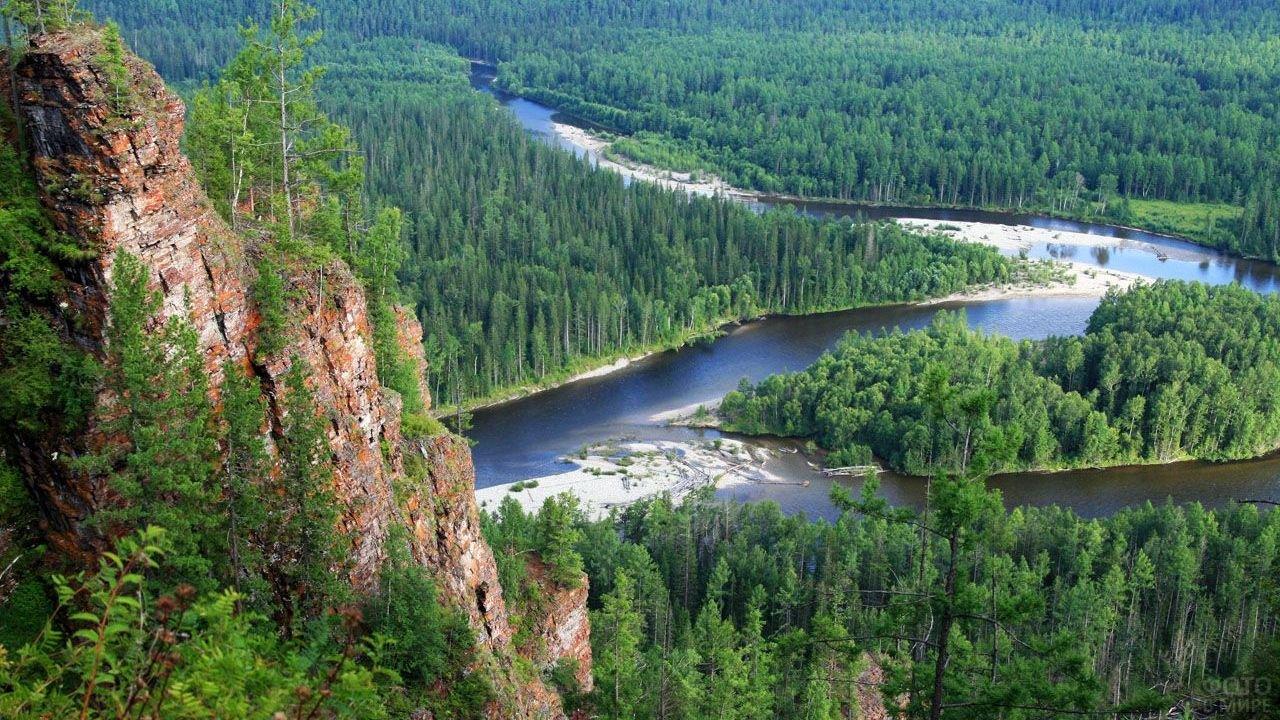 Скалы на берегу реки в Сибирской тайге