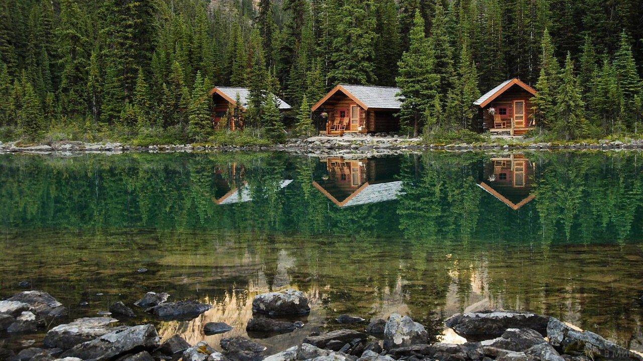 Туристические домики на берегу реки