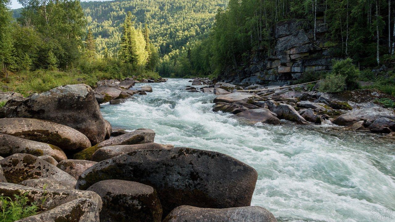 Утесы на реке в Сибири