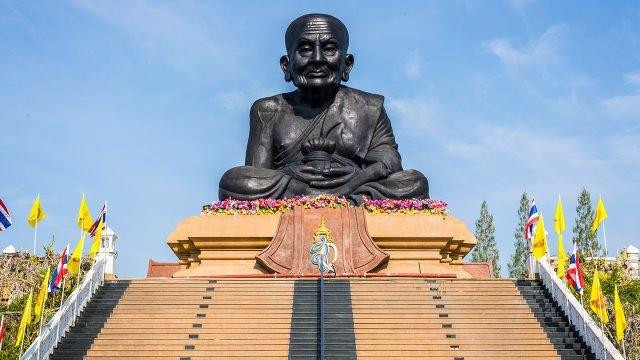 Чёрная статуя монаха в храме Ват Хуай Монгкол в Хуа Хине