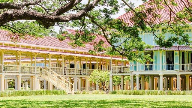 Королевский дворец Марукхатайаван в респектабельном курорте Хуа Хин