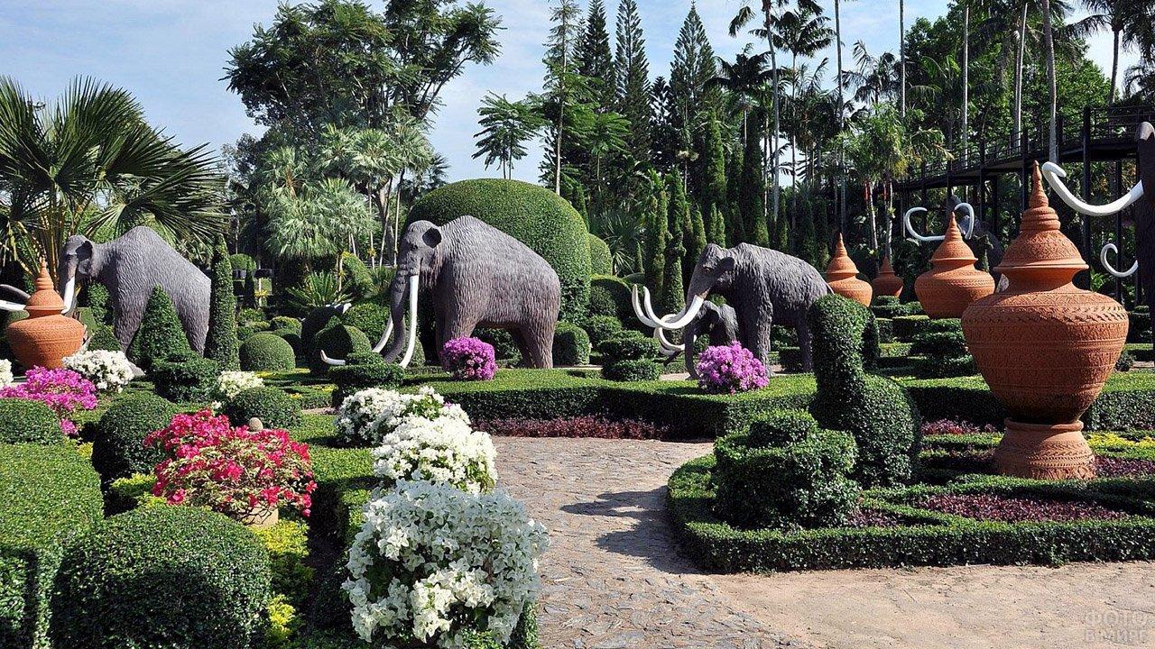 Скульптуры мамонтов и вазы в регулярном парке Нонг Нуч