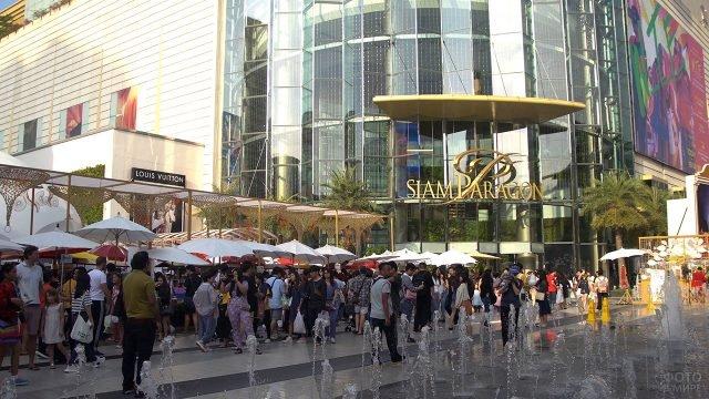 Туристический променад у торгового центра Сиам Парагон в Бангкоке
