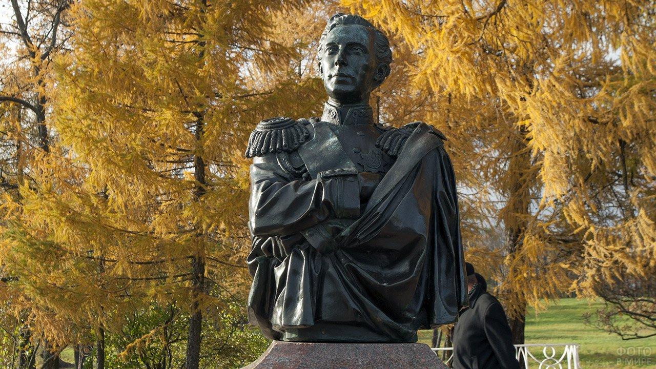 Памятник цесаревичу Николаю Александровичу в осеннем Петербурге
