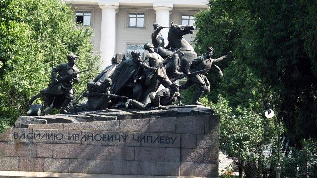 Памятник Чапаеву у Академии связи в Санкт-Петербурге