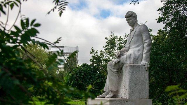 Памятник Есенину в петербургском Таврическом саду