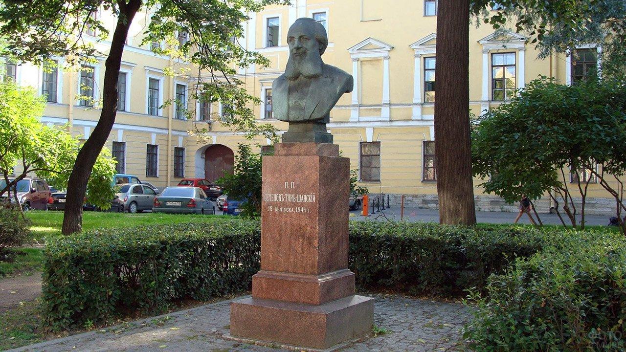 Памятник географу Семенову-Тян-Шанскому в Санкт-Петербурге