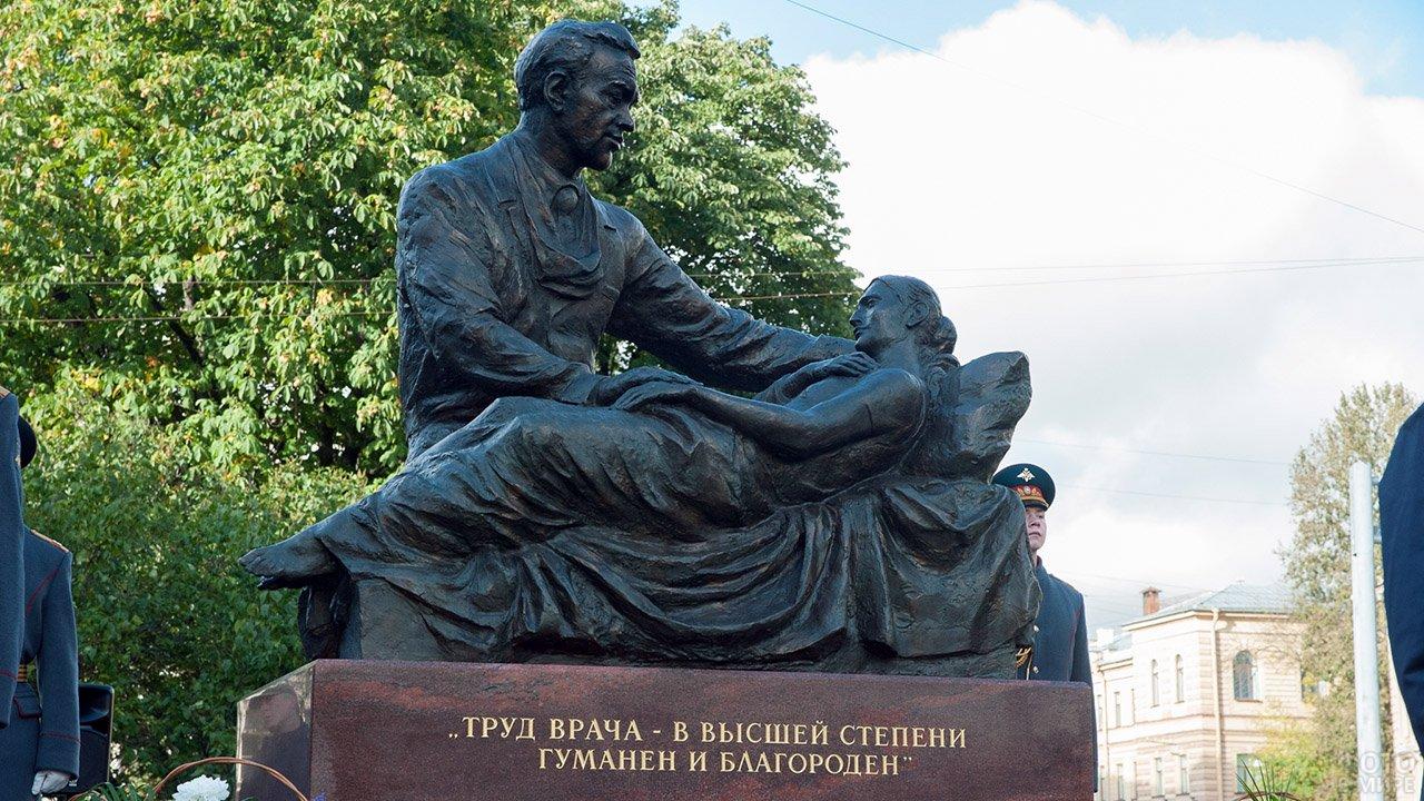 Памятник хирургу Углову в Санкт-Петербурге