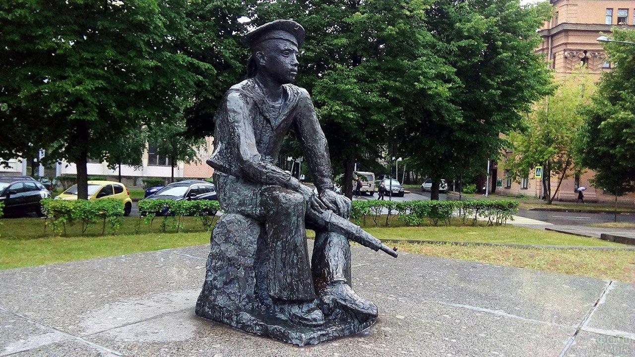 Памятник Юнгам Балтики у Речного вокзала в Петербурге
