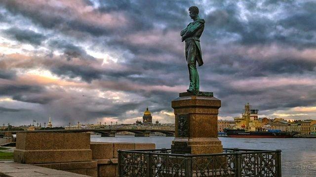 Памятник Крузенштерну на фоне грозового неба над набережной