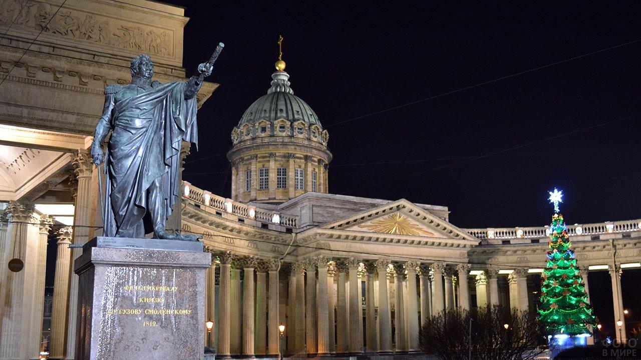 Памятник Кутузову у Казанского собора в предновогоднем Петербурге