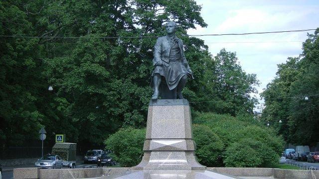 Памятник Ломоносову на Университетской набережной в Санкт-Петербурге