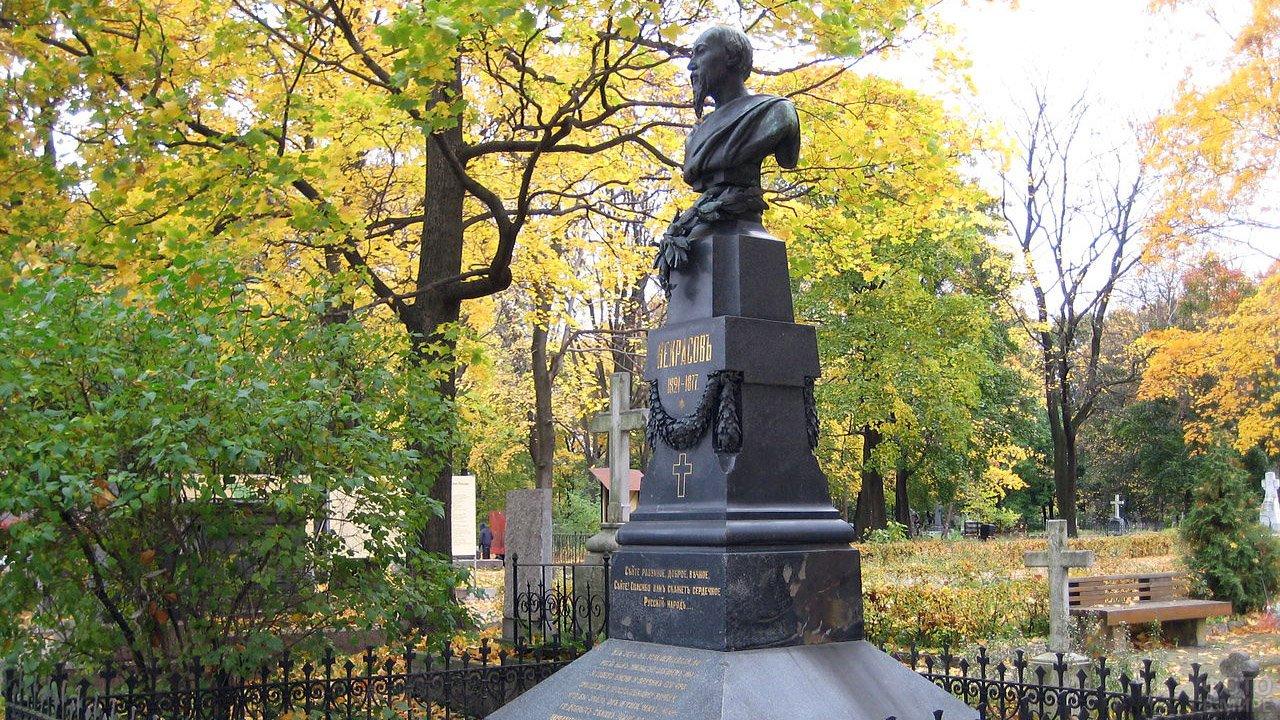 Памятник Некрасову на его могиле в Санкт-Петербурге