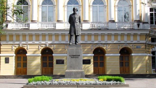 Памятник педагогу Ушинскому в Петербурге