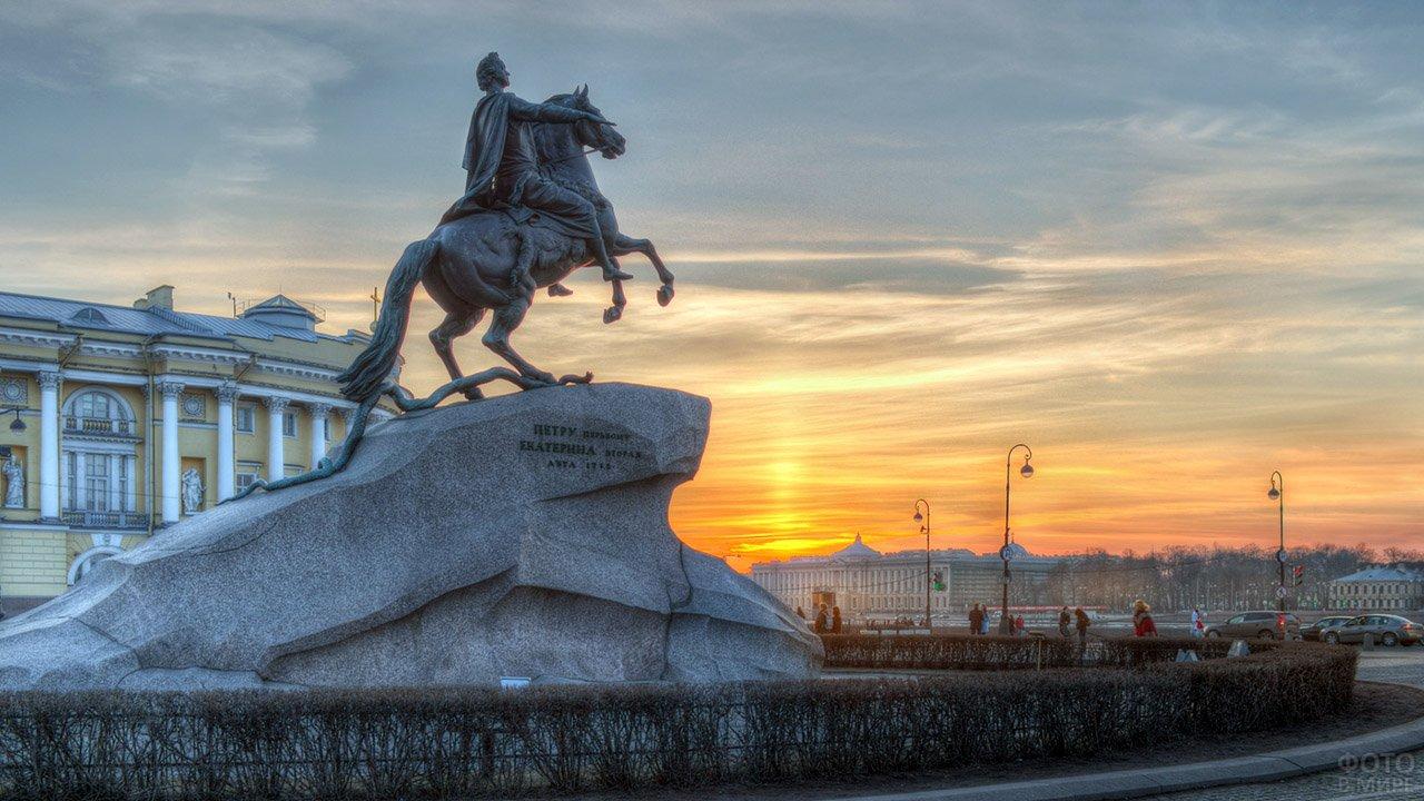 Памятник Петру I на закате в Санкт-Петербурге