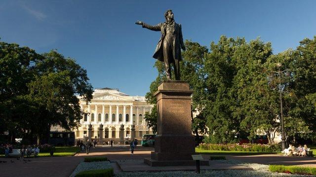 Памятник Пушкину на площади Искусств в Петербурге