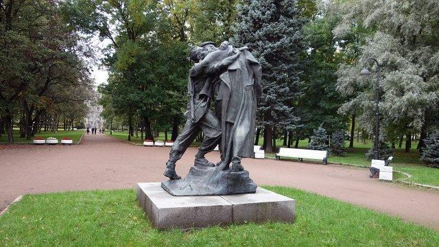 Скульптура Братья по оружию в Московский парке Победы в Санкт-Петербурге