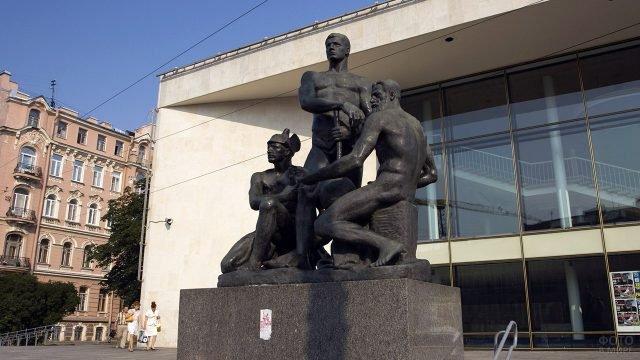 Скульптурная композиция Октябрь у одноимённого кинотеатра в Санкт-Петербурге