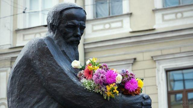 Украшенный цветами памятник Достоевскому в Петербурге