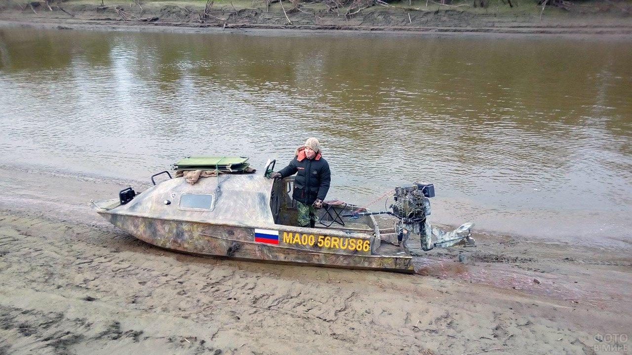 Девушка в лодке-скрадок на утиной охоте