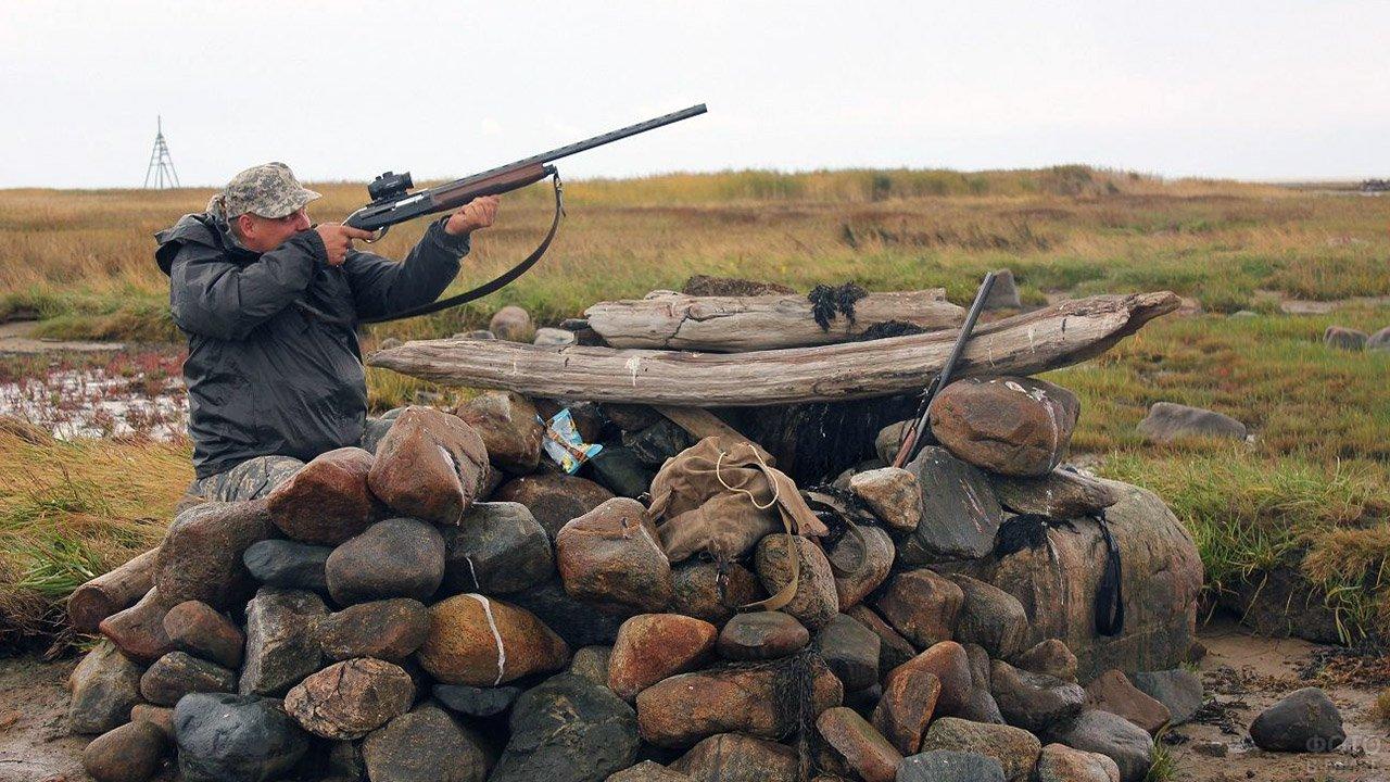 Охотник в засидке на утку на Белом море