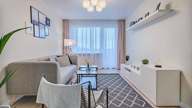 Графичная мебель в интерьере гостиной типовой квартиры
