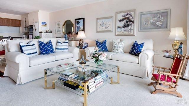 Эклектичная гостиная в светлых тонах с оринтальными винтажными безделушками