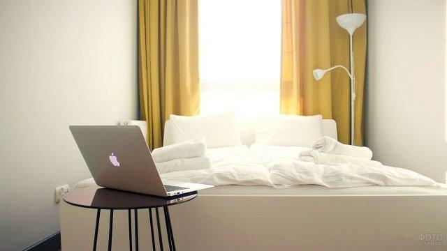 Маленькая белая спальня с горчичными шторами
