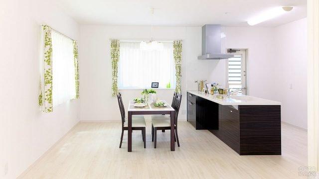 Нежный текстильный декор в минималистичной кухне-столовой с мебелью цвета венге