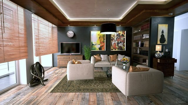 Предметы современного искусства в контрастной гостиной с минималистичной мебелью