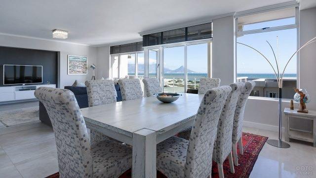 Просторная гостиная-столовая в современном загородном доме