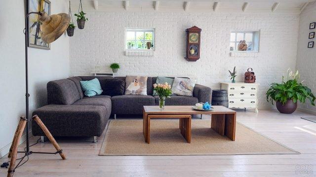 Современный интерьер гостиной в стиле лофт с винтажными элементами декора