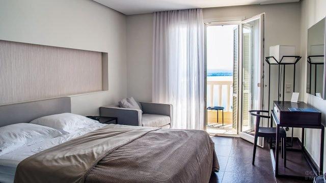 Светлая уютная спальня с туалетным столиком цвета венге