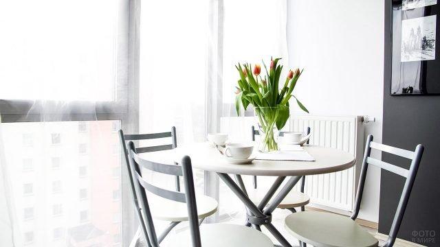 Тюльпаны в вазе на столе в маленькой белой кухне