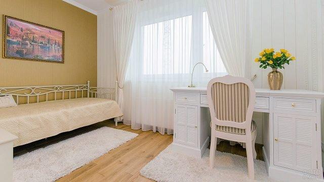 Уютная девичья спальня с белой мебелью и яркой стеной горчичного цвета