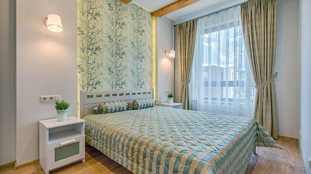 Уютная спальня с двуцветным текстилем