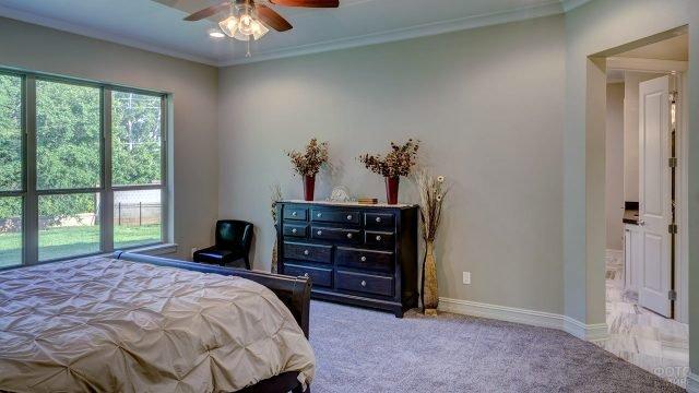 Восхитительный винтажный комод в трендовой спальне с серыми стенами