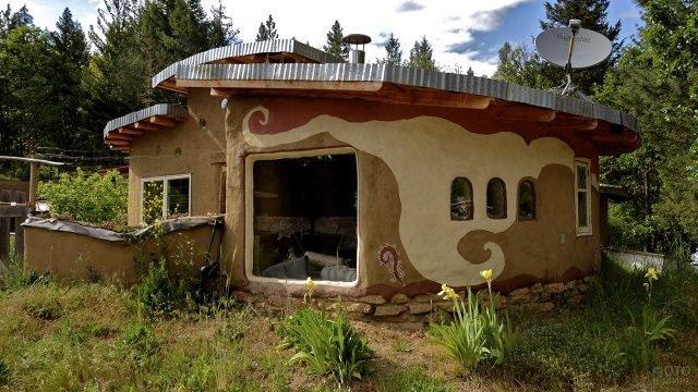 Дизайнерский глиняный коттедж в лесу