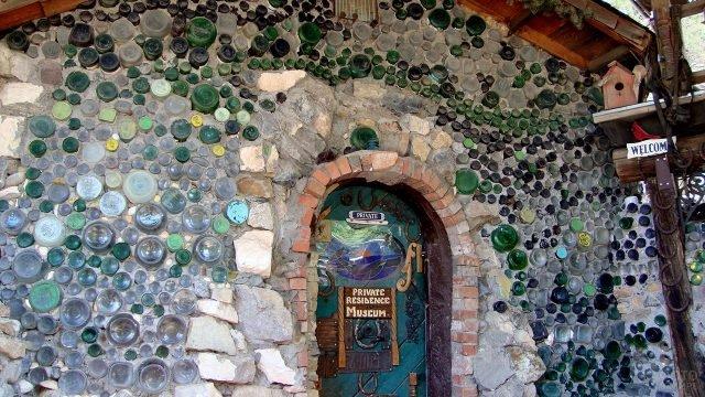 Дом из бутылок и камней