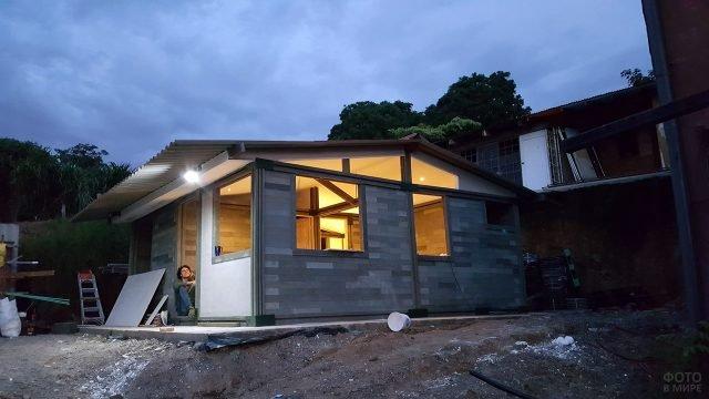 Дом из пластиковых кирпичей из переработанного мусора