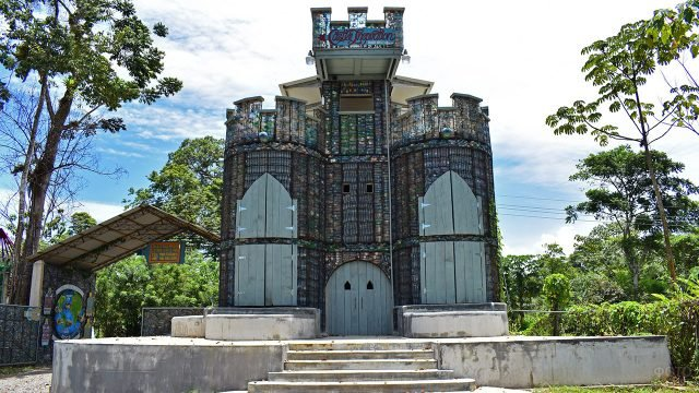 Дом в виде средневекового замка из пластиковых бутылок