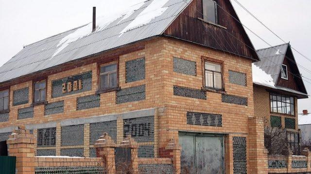 Двухэтажный дом из стройматериалов с помойки - стеклянных бутылок и кирпича