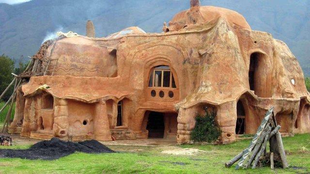 Фантастический дом из глины