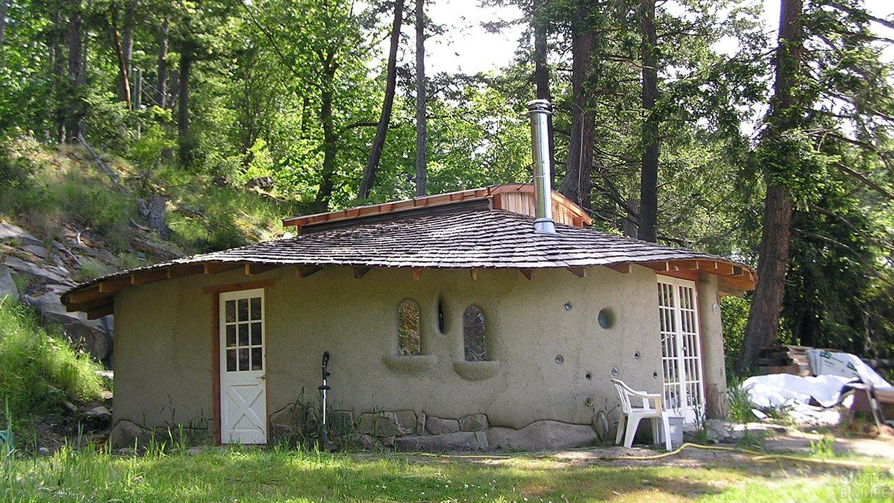 Глиняный круглый дом на лесном участке