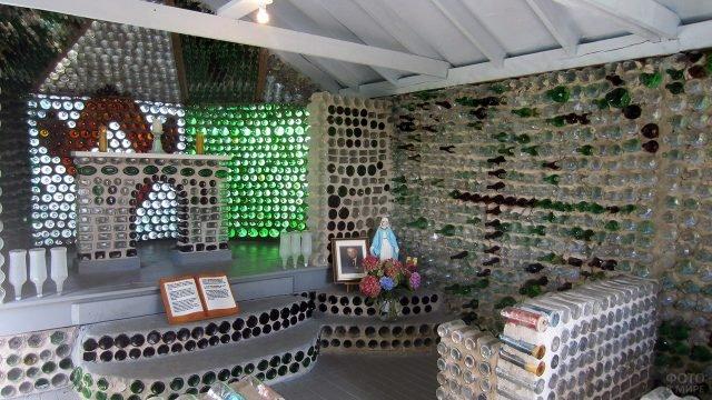 Интерьер гостиной в доме из бутылок