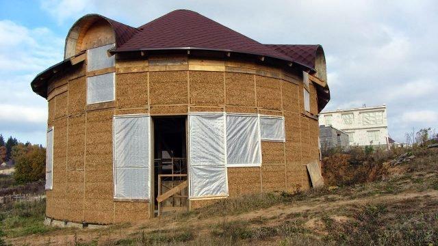 Круглый дом-башня из соломенных блоков