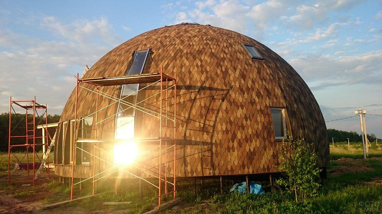 круглые купольные дома фото имеет светло-оранжевый цвет