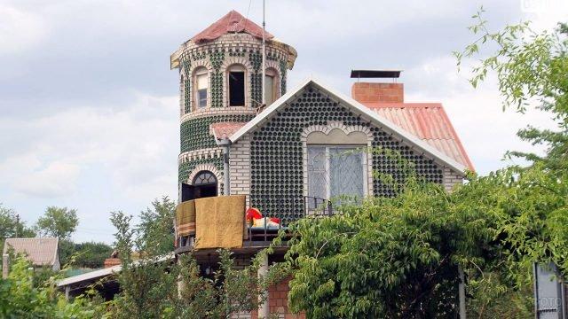 Мансарда и башня из бутылок кирпичного загородного дома